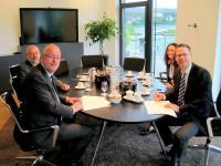 Das Bild zeigt Bürgermeister Walter Kiß (vorne links) und Geschäftsführer Mark Georg (vorne rechts) sowie Sozialdezernent Dieter Loske und Projektleiterin Andrea Heupel (Firma Georg) bei der Vertragsunterzeichnung.