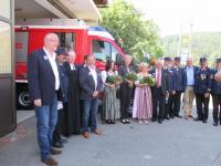 Das Foto zeigt Bürgermeister Walter Kiß (1.v.l.) und seinen Amtskollegen aus dem österreichischen Ferndorf, Bürgermeister Josef Haller (4.v.l.), bei der Löschfahrzeugweihe