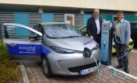 Bürgermeister Walter Kiß und RWE-Kommunalbetreuer Stefan Engelberth betanken das neue Elektroauto der Stadtverwaltung Kreuztal mit Strom.