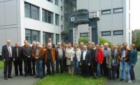 Das Foto zeigt die Mitglieder des Ausschusses sowie ganz links Bürgermeister Walter Kiß und in der hinteren Reihe (9. von links) den Geschäftsführer André Barten
