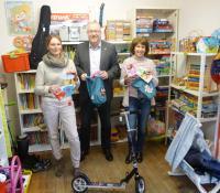Das Foto zeigt v.l.n.r.: Sonja Becker (Geschäftsführung Alternative Lebensräume GmbH), Bürgermeister Walter Kiß, Anita Capursi (Mitarbeiterin Alternative Lebensräume GmbH)