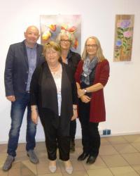 Das Foto zeigt von links: Holger Glasmachers (Leiter Kulturamt), Sophie Miossec (VHS-Zweigstelle Kreuztal), Sabine Meyer (Fachbereichsleiterin VHS Siegen-Wittgenstein) und im Vordergrund Edith Göbel (Kursleiterin)