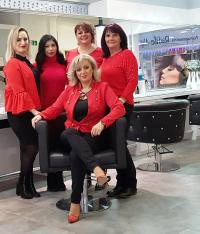 Das Team von Salon Lana v.l.n.r.: Mevlana Dauti, Zeynab, Tamara Koßmann, Barbara Koßmann; sitzend: Radife Aliji