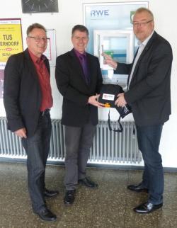 Das Foto zeigt v.l.n.r. Stadtbaurat Eberhard Vogel, Stefan Engelberth -RWE Kommunalbetreuung- und Bürgermeister Walter Kiß