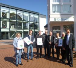 Das Foto zeigt die Preisträger sowie: Ganz rechts: Peter Imhäuser, 3. von rechts: Antje Hoffmann, 4. von rechts: Eberhard Vogel