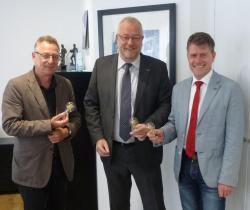 Neue Technik in altem Design: Stadtbaurat Eberhard Vogel, Bürgermeister Walter Kiß und RWE-Kommunalbetreuer Stefan Engelberth mit LED-Birnen
