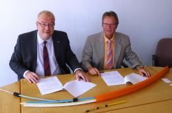 Bürgermeister Walter Kiß und Reinhard Rohleder bei der Unterzeichnung der Absichtserklärung