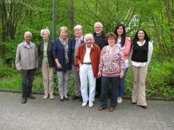 Das Foto zeigt die Künstlergruppe rund um Inge Becker (3. von links), die die Ausstellung initiiert hat.