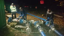 Auch am späten Samstagabend wurde noch am Wassernetz gearbeitet, damit am Sonntagmorgen die Reparatur der Leckagestelle an der Hauptleitung bei Kredenbach beginnen kann.
