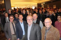 Stadt, Kreis und Krombacher Brauerei hatten zu einer Helferfete eingeladen (vorne): Bürgermeister Walter Kiß (2. v.r.), Landrat Andreas Müller (3.v.r.) und Geschäftsführer Helmut Schaller (4.v.r.) bedankten sich bei den vielen überwiegend ehrenamtlichen Helfern für deren Einsatz teilweise rund um die Uhr.