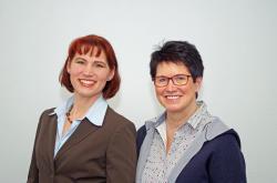 Vertriebsassistentin Annika Bauer (l.) und Agenturleiterin Monika Schlotter. (Foto: Gerd Hohage, Kreuztal)